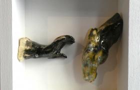 SENSI ARTE_Memorabilia: mano e cavallo,ceramica raku, cm 20 x 20 x 5