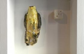 SENSI ARTE_Memorabilia: uccello e dado, ceramica raku, cm 20 x 20 x 5