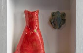 SENSI ARTE_Memorabilia:vestito e rana, ceramica raku, cm 20 x 20 x 5