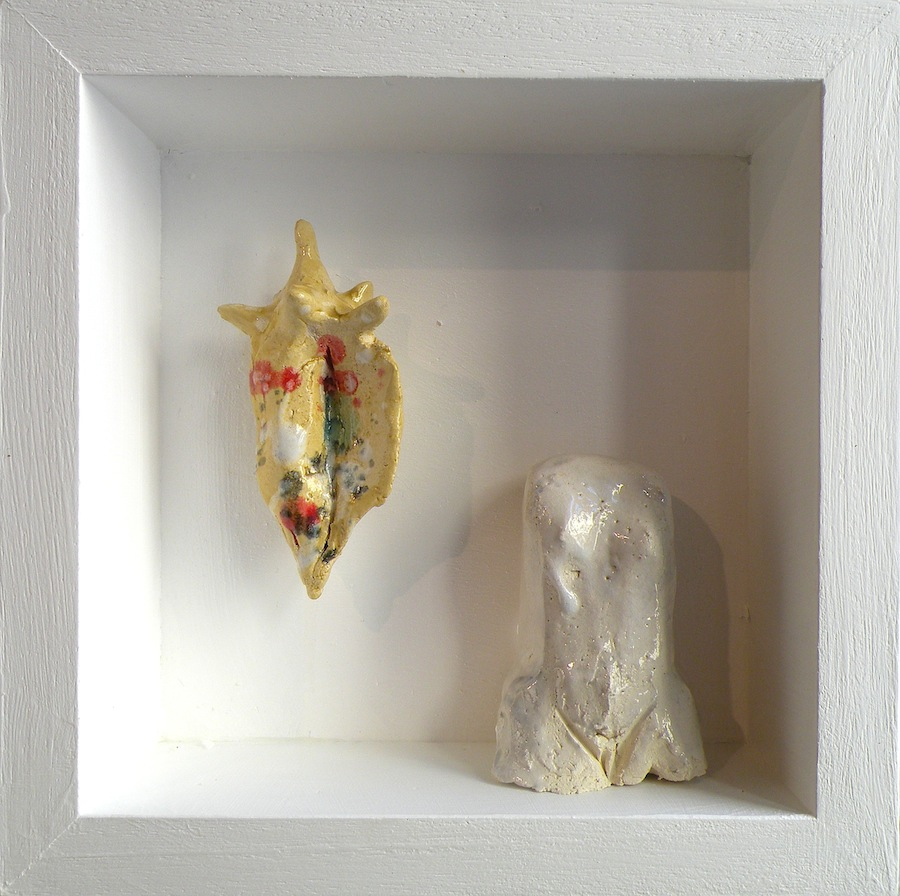 SENSI ARTE, Memorabilia: donna e conchiglia, ceramica raku, cm 20 x 20 x 5