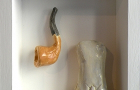 SENSI ARTE, Memorabilia: uomo e pipa, ceramica raku, cm 20 x 20 x 5