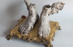 SENSI ARTE_Ermes_i piedi dorati, ceramica raku e foglia oro, cm 40 x 40 x 18