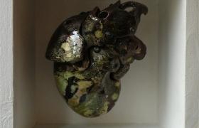 SENSI ARTE_Memorabilia: cuore verde, ceramica raku, cm 20 x 20 x 12